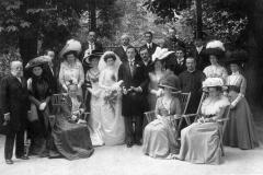 Hrabia Olivier Rességuier (pierwszy z lewej) i jego żona Maria (siedzi obok na fotelu) w czasie uroczystości rodzinnej