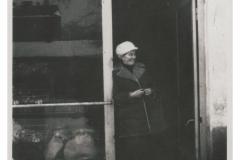 Sklep jarzynowy PSS przy ulicy Paderewskiego (arch. pryw. K. Cerwik)