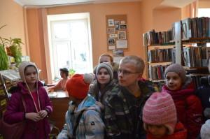 uczestnicy ferii zwiedzają MBP w NIsku
